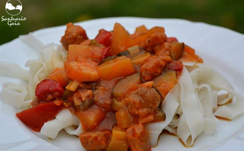 Pasta con verduras, tacos de soja y salsa agridulce